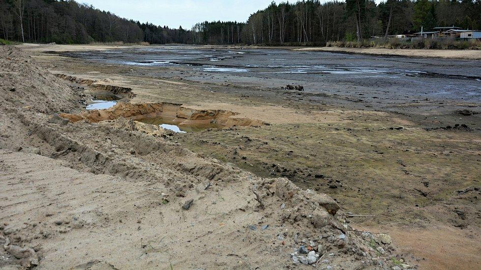 Letovisko Hradčany čeká ještě léto bez vody, oprava rybníka skončí později.