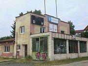 Nevábný a havarijní stav budovy časomíry na Městském stadionu u Ploučnice vezme brzy za své.