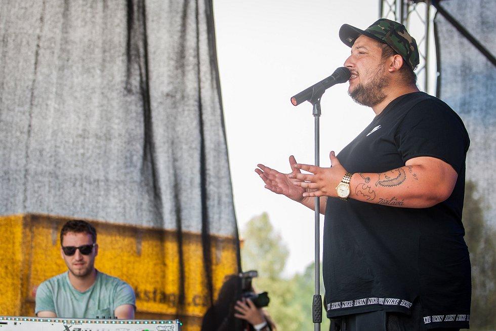 Hudební festival Plechovka fest začal 6. července na louce ve Cvikově na Českolipsku. Na snímku je zpěvák Jakub Děkan.
