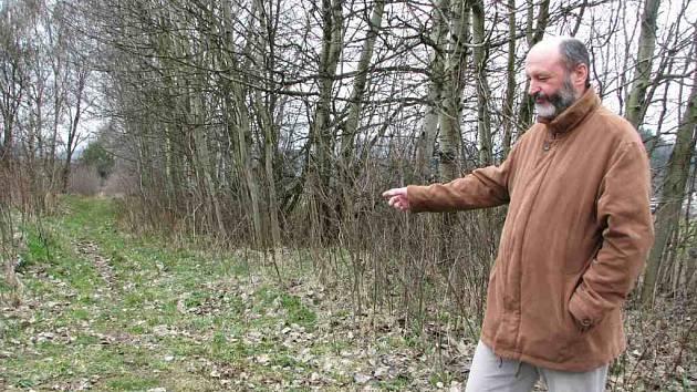 Starosta Cvikova Ivo Čeřovský ukazuje, kudy povede cyklostezka