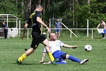 Fotbalisté Jestřebí (tmavé dresy) doma porazili Dubou vysoko 7:1.