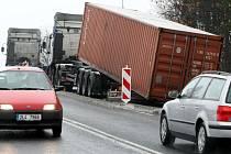 Z kamionu na Chotovickém kopci upadl třicetitunový kontejner