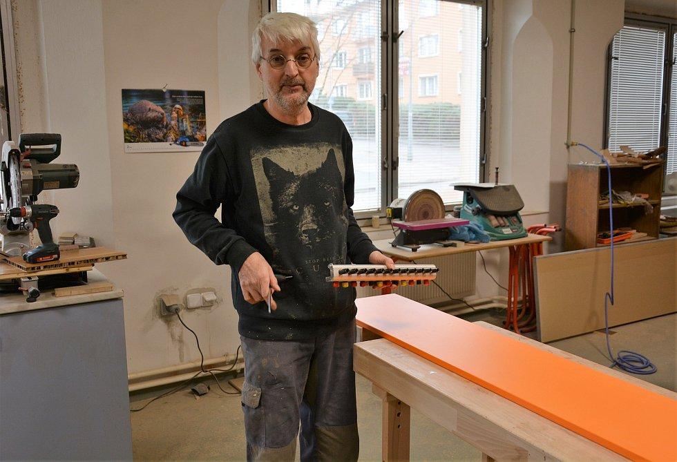 Truhlářská dílna Provoz 13 v Novém Boru renovuje darovaný nábytek tak, aby byl znovu použitelný.
