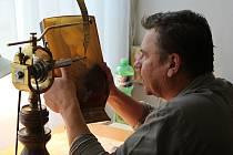 Absolvent šenovské sklářské školy Tomáš Lesser připravuje svou plastiku na rytecké symposium. Stačí malá chyba a desítky či stovky hodin práce několika lidí přijdou vniveč.