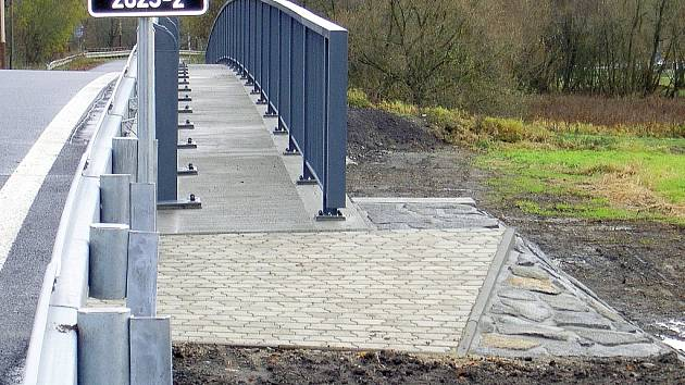 Drobná chyba na kráse zdobí otevřený nově opravený most v Žizníkově u Č. Lípy. Prozatím se pěší musí obejít bez chodníku.