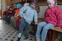 Místo topení hřeje předškoláky v Doksech teplé oblečení.