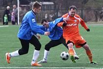 Arsenal Česká Lípa - Vilémov 0:9. Kurty s Bílkem se snaží zastavit akci domácího Šimona.