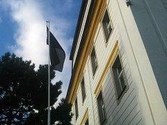 Na novoborské radnici vlaje černá vlajka.