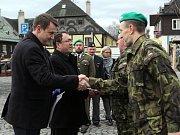 Starosta Nového Boru Jaromír Dvořák a hejtman Libereckého kraje Martin Půta obdrželi od vojáků osobní ocenění za spolupráci armády a veřejné správy.