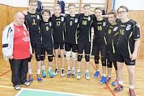 A-tým starších žáků s koučem Jaroslavem Linhartem.