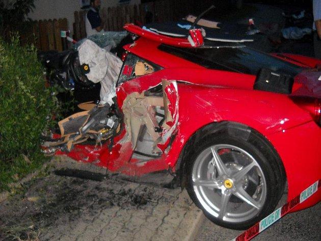 Ferrari v plotě. Tak v pondělí skončila rychlá jízda řidiče luxusního vozu. Na stejném místě v Horní Polici došlo již k sedmi desítkám nehod, dvě z nich si vyžádaly lidské životy.