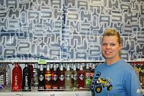 Místo tvrdého alkoholu vyskládané lahve vína, zalepené nebo hned prázdné regály. Tak vypadaly obchody a nápojky v sobotu dopoledne ve Stráži pod Ralskem.