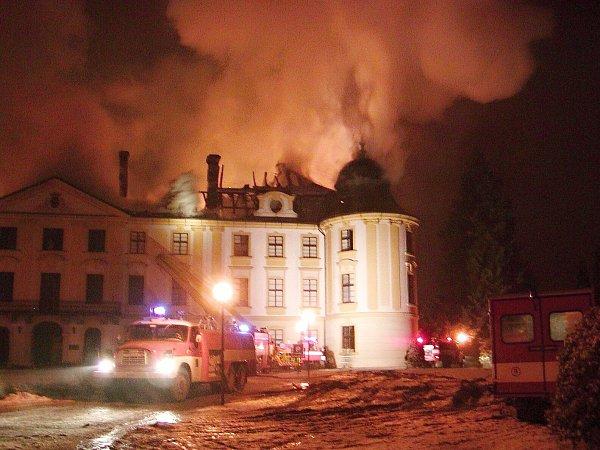 Tři dny trval zásah hasičů upožáru zámku vZahrádkách. Podílelo se na něm osm hasičských jednotek sdevíti cisternovými vozy. Přijela iplošina až zJablonce nad Nisou.