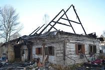 Noční požár zničil poloroubený dům v Břevništi u Hamru na Jezeře.