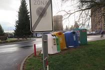 Stěhování čeká kontejnery v Železničářské ulici, kde si řidiči stěžují, že nádoby na odpad brání vyjíždějícím vozidlům ve výhledu.