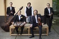 Létající Rabín je pětičlenný ansámbl hrající klezmer tedy tradiční instrumentální hudbu východoevropských Židů, která největší rozkvět prožívala na přelomu 19. a 20. století.