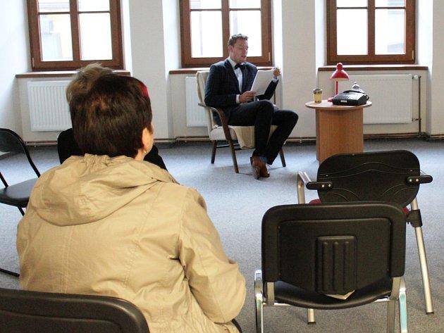 Redaktor Deníku čte knihu posluchačům.