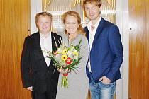 Simona Stašová s moderátorem besedy Petrem Svobodou (vpravo) a se starostou Kamenického Šenova Františkem Kučerou.