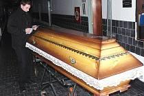 Práci v pohřební službě si na jeden den vyzkoušel reportér Deníku.
