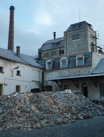 Kamiony do Cvikova přivezly první části pivovarnické technologie iobrovský dřevěný sud.