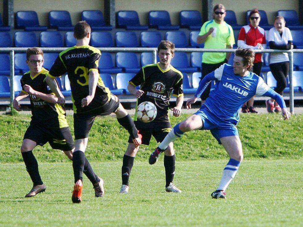 Košťálov - Česká Lípa 0:3. Kosina se Sádkem sledují souboj českolipkého Horáka (v modrém) s Klazarem.