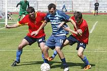 Bod za remízu 1:1 získali fotbalisté českolipského Arsenalu (modré dresy) v posledním utkání s Roudnicí.