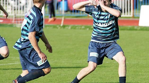 Šťastný střelec vyrovnávací branky Karel Vrabec předvádí kameramana natáčejícího gól roku, který se mu podařilo vstřelit do varnsdorfské sítě. Blahopřát mu běží Zeman.
