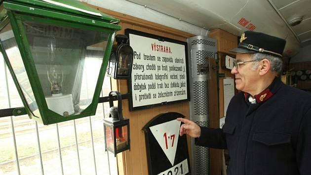 Preventivní vlak tvoří kinovůz, salonní vůz na besedy s návštěvníky a vůz s historií železnice, kterým návštěvníky provádí Václav Simbartl