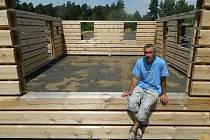 Dvaačtyřicetiletý tesař Radim Janda u základů budoucí roubenky, na které nyní v areálu své firmy v Ralsku Ploužnici pracuje. Po celém Česku jsou dnes desítky roubených a poloroubených domů, které připravil a postavil právě on sám.