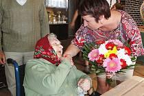 Anně Koudelkové, nejstarší obyvatelce České Lípy, která 15. srpna oslavila své 106. narozeniny, k jejímu úctyhodnému jubileu pogratulovala také starostka Hana Moudrá.