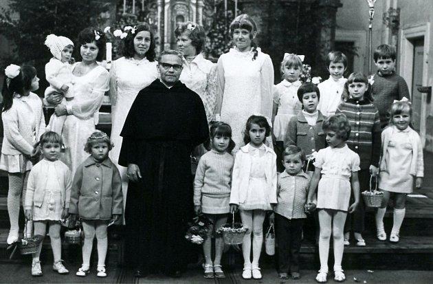 Otec Peša sdětmi a mládeží po mši svaté včeskolipské bazilice.