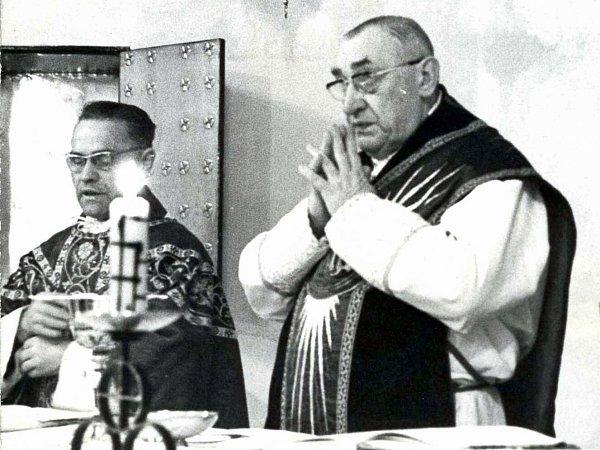 Skardinálem Trochtou (vpravo) při mši vkostele sv. Máří Magdaleny vČeské Lípě.