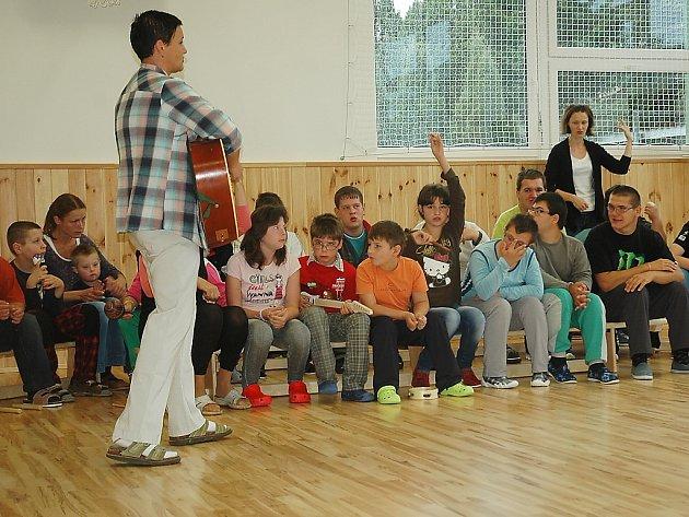 Školáci i hosté se sešli v nově zrekonstruované tělocvičně.