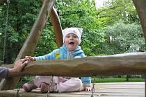Dvouletá Anička Astalošová chodí denně na dětské hřiště v horní části městského parku. Tam je hřiště čisté.