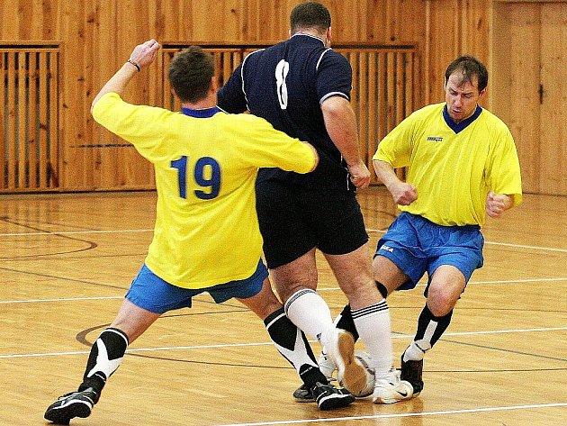 Celkem pět bodů ve dvou zápasech sedmého turnaje okresního přeboru ztratil druhý tým tabulky SF K. Šenov. Na snímku vpravo je šenovský Pavel Věchet.