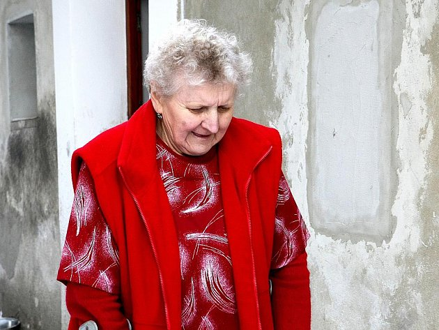 Kvůli armádě přestěhovali rodinu paní Evy Horáčkové (na snímku) do tehdy volného domu v Kravařích na Českolipsku. Nyní se zjistilo, že obývají dům neoprávněně a hrozí, že o něj přijdou.