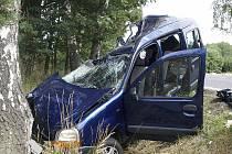 VYHASL DALŠÍ LIDSKÝ ŽIVOT. Proč auto sjelo ze silnice a nadvakrát narazilo do stromu, vyšetřovatelé zatím netuší. Snad pomohou svědci.
