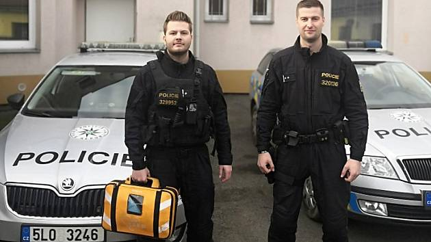 Už čtvrtému člověku pomohli zachránit život policisté z Mimoně použitím externího defibrilátoru.