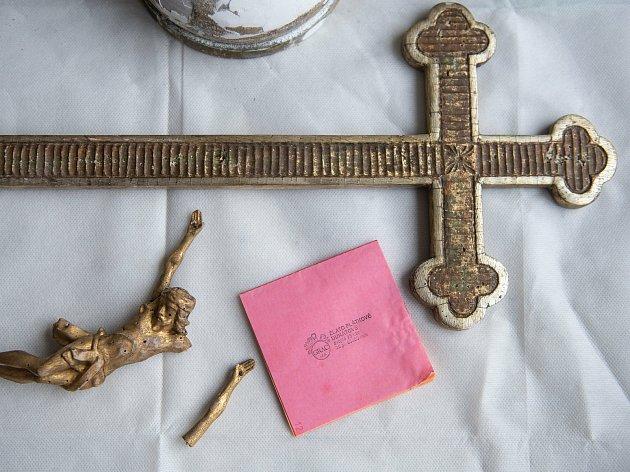 Kříže, sošky nebo rámy oken, vše se musí důkladně očistit, než na ně přijdou zlaté plátky. Knížka, ve které je 20kusů zlatých plátků vyjde na 1000Kč.