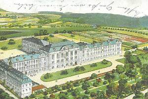 Vyšší lesnická škola v Nových Zákupech sídlila v objektu, který byl původně továrnou na potiskování textilu. Na svých pozemcích vytvořila botanickou zahradu,  arboretum a lesní školku.