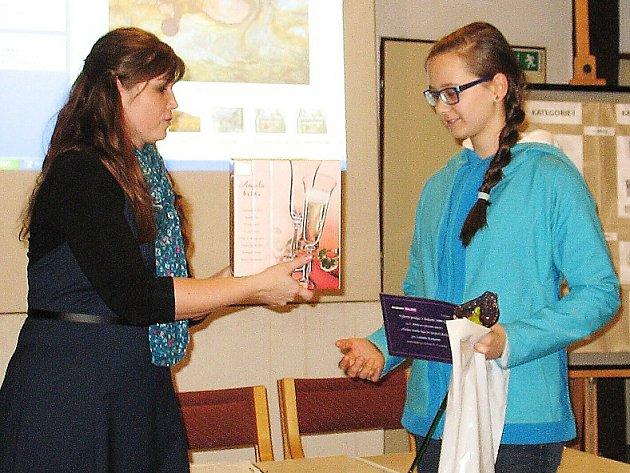 Ředitelka Geoparku Ralsko Lenka Mrázová předává ocenění Ludmile Karkové z Nového Boru.