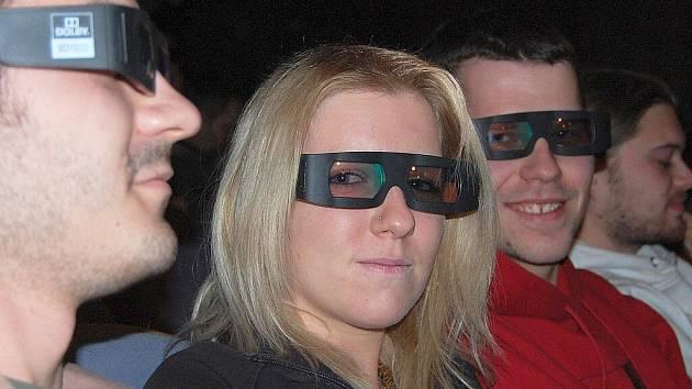 Diváci sledovali film Avatar s 3D brýlemi.