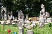 Starý hřbitov v Kamenickém Šenově není jako každý jiný. Dobrovolníci ze spolku Sonow z něj chtějí vytvořit odpočinkové místo, a to nejen pro zesnulé.