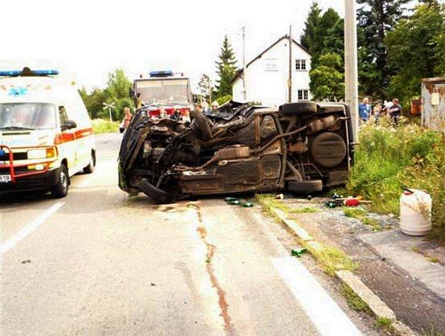 Sražené BMW skončilo na boku. Řidiče s těžkým zraněním odvezl vrtulník.