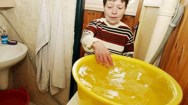 Problémy začaly již na podzim roku 2007, kdy se obyvatelé domu poprvé ocitli na dva dny bez tepla a teplé vody.