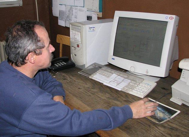 Pracovník novoborské kotelny Stanislav Melničák sleduje, zda vše funguje jak má.
