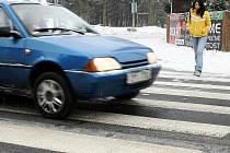 Obyvatelé Ploužnice, potřebují-li přejít silnici protínající obec. Projíždějící řidiči většinou nedodržují stanovenou rychlost a lidi na přechod pro chodce nepouštějí.