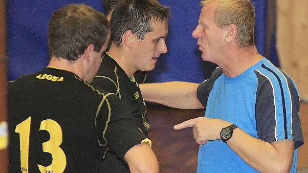 Trenér Konstantin Chocholouš s hráči.