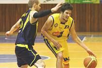 Po domácí výhře nad Litoměřicemi se ústečtí basketbalisté (vpravo Freisleben) představí na palubovce Jindřichova Hradce.