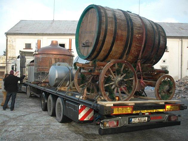 Kamiony do Cvikova přivezly první části pivovarnické technologie i obrovský dřevěný sud.